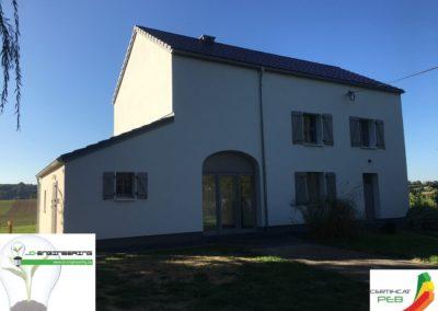 Certification PEB d'une maison 4 façades blanche réalisé par JD Engineering